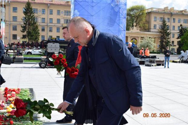 Возложение 9 мая 2020 года на площади у Монумента Победа